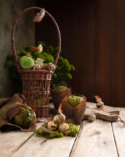Oeufs de pâques et muffins à la pistache dans un design rustique traditionnel. Photo Premium