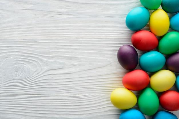 Oeufs De Pâques Multicolores Sur La Table En Bois. Photo Premium