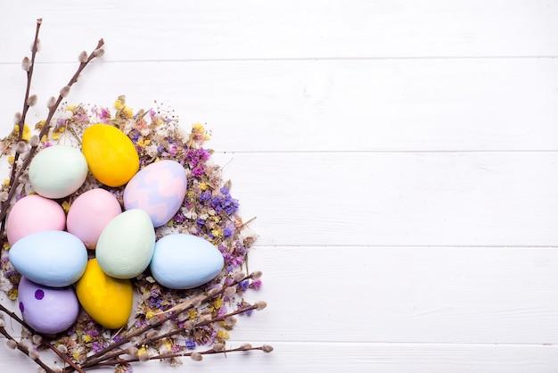 Oeufs de pâques peints en couleurs Photo Premium