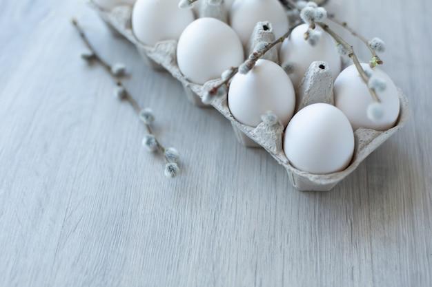 Œufs de poule blancs dans une boîte en carton écologique ouverte Photo Premium