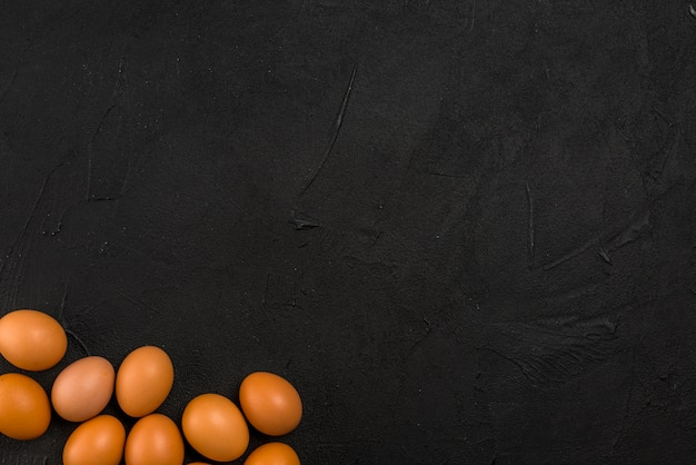 Œufs de poule brune dispersés sur la table Photo gratuit