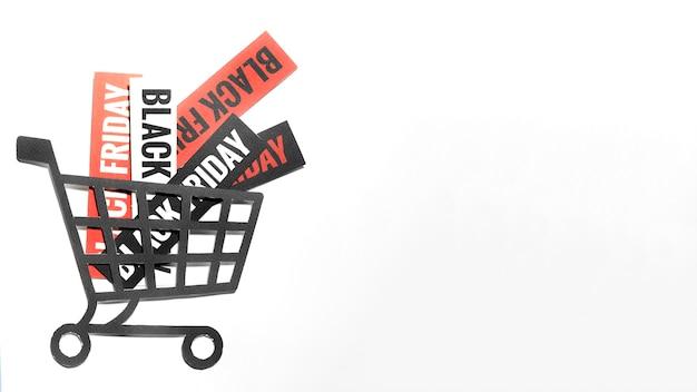 Offres de vente vendredi noir sur des feuilles de papier dans le panier d'achat Photo gratuit