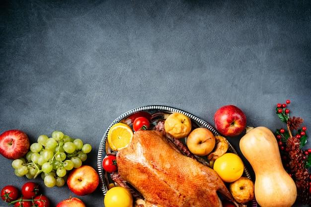 Oie entière rôtie de thanksgiving sur une table rustique Photo Premium