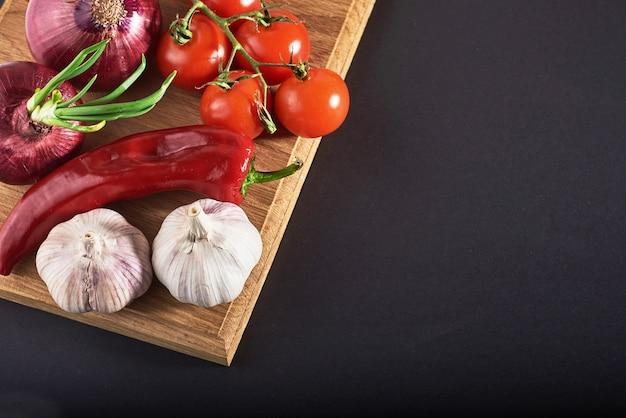 Oignon Et Ail Et Piments Forts Et Tomates. Photo gratuit