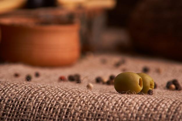 Olive est sur la table en fond de pain, baguette et fromage Photo Premium