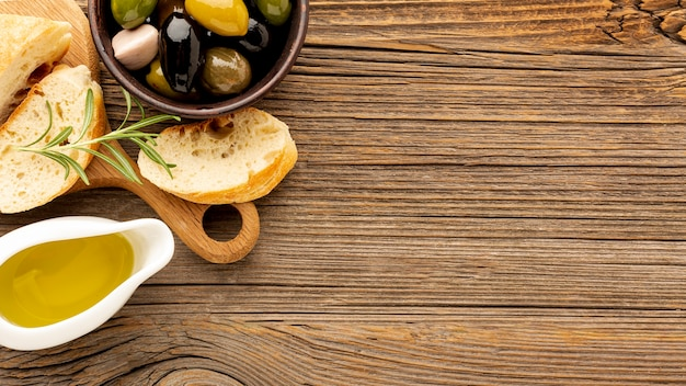 Olives à angle élevé, mélange de pain et d'huile soucoupe avec espace de copie Photo gratuit