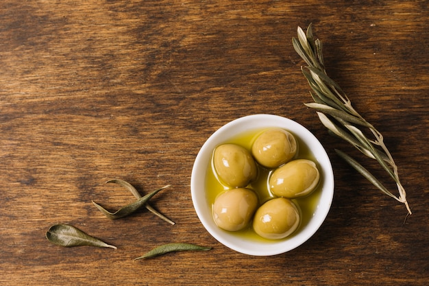 Olives au romarin avec copie Photo gratuit