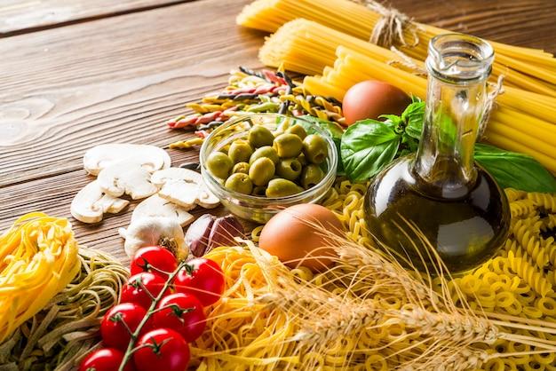 Olives Et Champignons Et œufs Avec Pâtes Et Vermicelles De Blé Dur Photo Premium