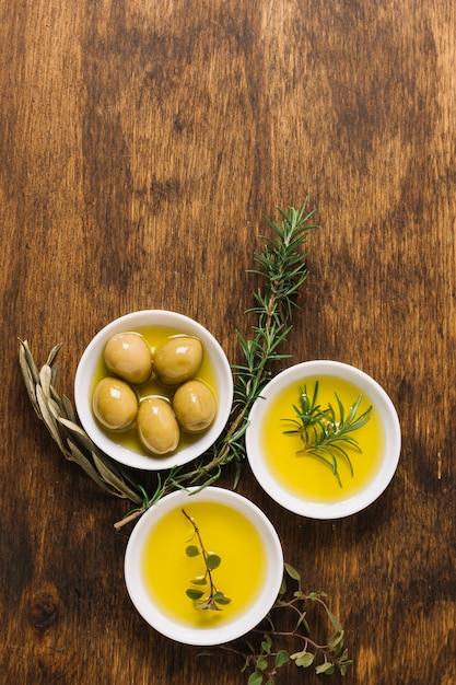 Olives à L'huile D'olive Et Bols De Romarin Et Espace De Copie Photo gratuit