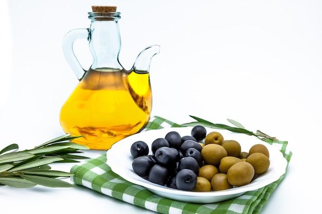 Olives et huile d'olive Photo Premium