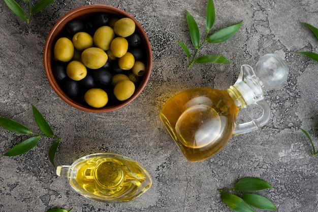 Olives noires et vertes dans un bol Photo gratuit