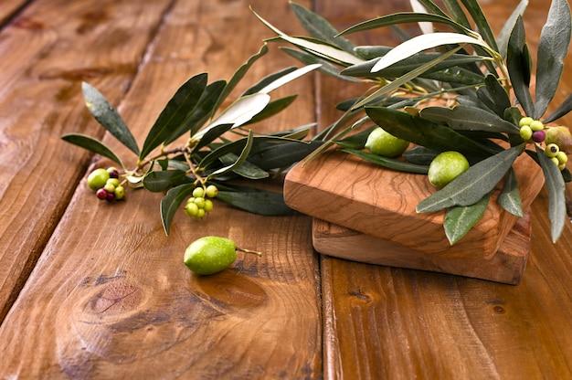 Olives Avec Table. Table En Bois D'oliviers. Photo Premium