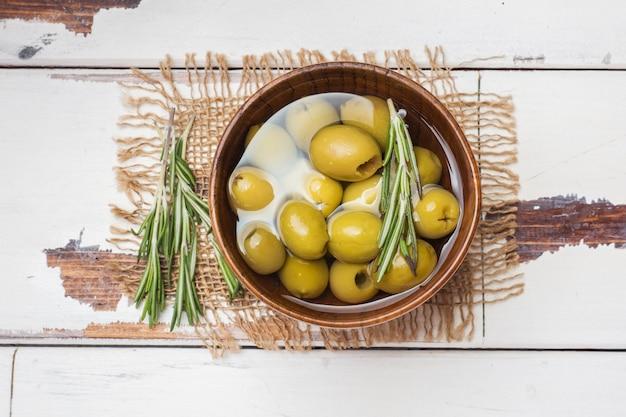Olives Vertes Dans Des Bols En Bois Sur Table En Bois. Vue De Dessus Avec Espace Pour Le Texte. Photo Premium