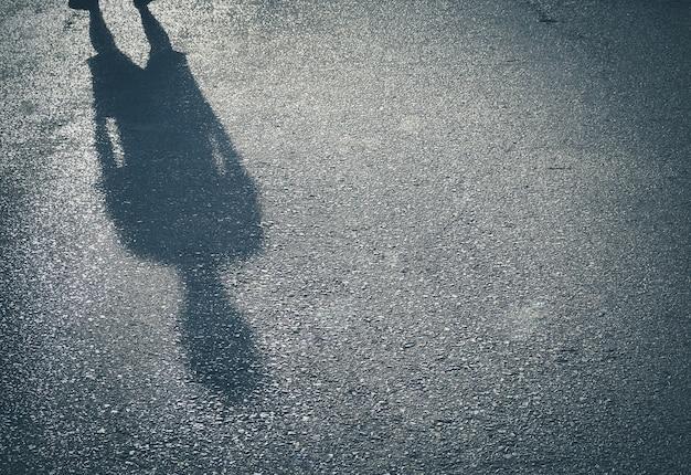 Ombre d'un homme sur fond de béton rue avec votre texte Photo Premium