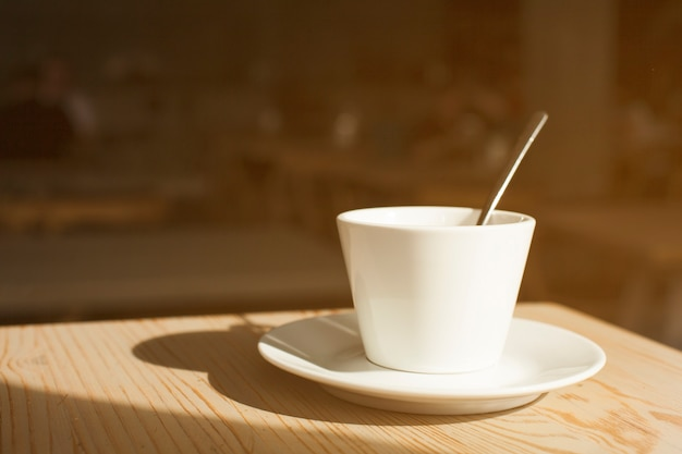 Ombre De La Tasse à Café Et Soucoupe Sur Le Bureau En Bois Photo gratuit