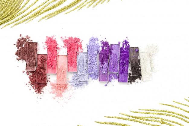 Ombres à Paupières Concassées Multicolores Avec Pinceau Isolé Sur Blanc Photo Premium
