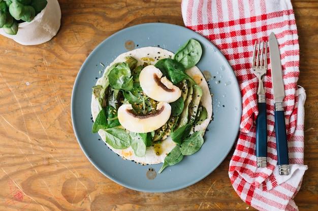 Omelette aux champignons pour le repas du matin Photo gratuit