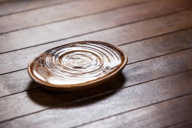 Ondulations de l'eau dans un bol en bois Photo gratuit