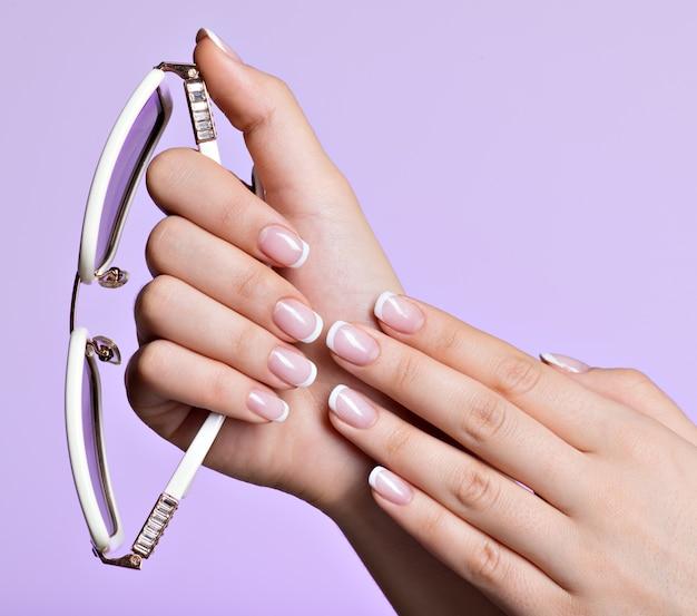 Les Ongles De Belle Femme Avec Une Belle Manucure Blanche Française Photo gratuit
