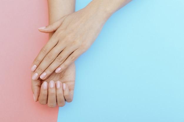 Ongles naturels, vernis gel. manucure parfaitement propre Photo Premium