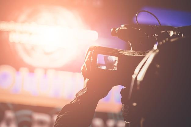Opérateur de caméra vidéo travaillant avec son équipement dans le thème créatif de la cérémonie de remise des prix Photo Premium