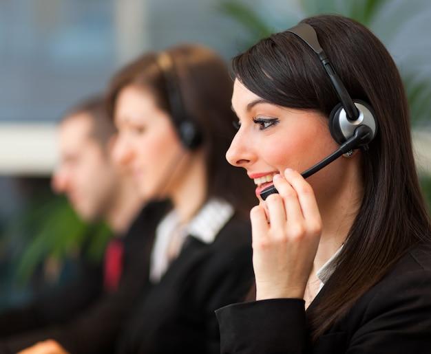Opérateurs de centre d'appels réunis dans un bureau éclairé Photo Premium