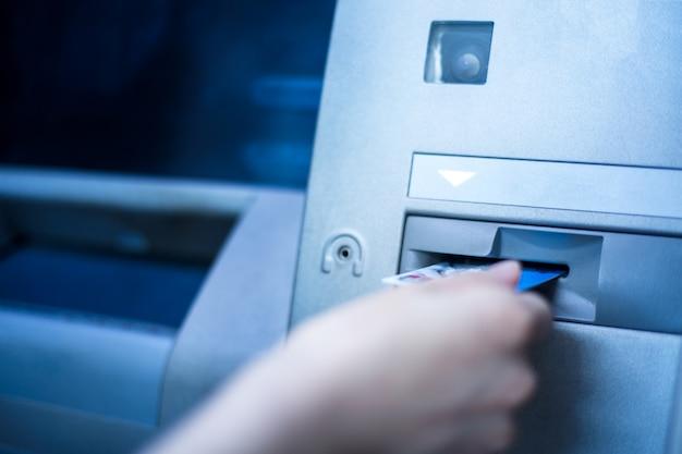 L'opération de carte de crédit est utilisée au guichet automatique de la banque Photo gratuit