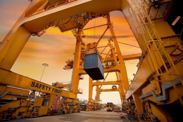 Opération de conteneur en série portuaire Photo gratuit
