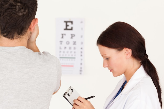 Opticienne et patiente Photo Premium