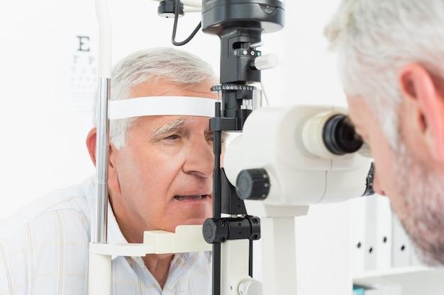 Optométriste faisant des tests de vue pour un patient senior Photo Premium