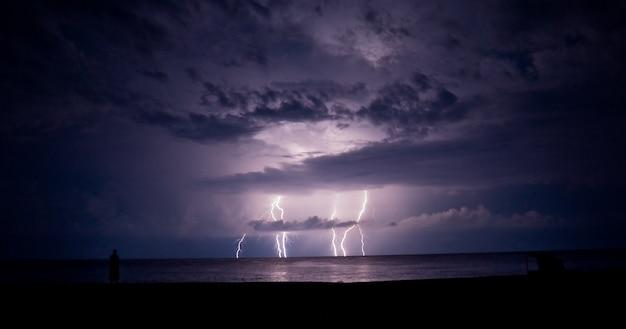 Orage et éclairs dans la mer. un éclair. Photo Premium