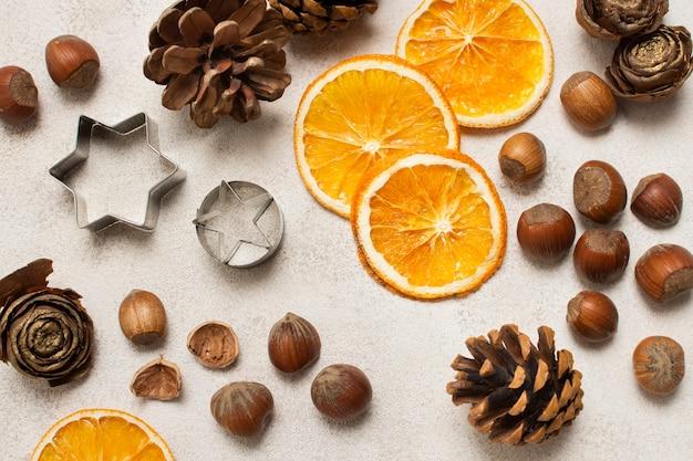 Orange, Châtaignes Et Ustensiles De Cuisine Sur La Table Photo gratuit