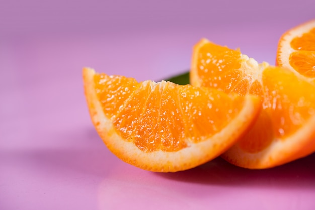 Orange fraîche avec une tranche d'orange Photo gratuit