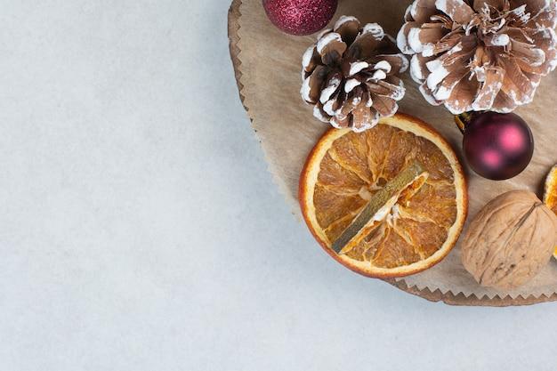 Orange Séchée Avec Des Pommes De Pin Et Des Boules De Noël Sur Une Plaque En Bois. Photo De Haute Qualité Photo gratuit