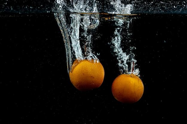 Oranges fraîches dans l'eau Photo gratuit