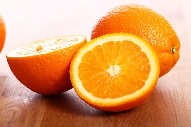 Oranges Fraîches Sur Planche De Bois Photo gratuit