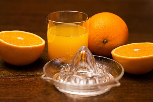 Oranges et son jus Photo gratuit