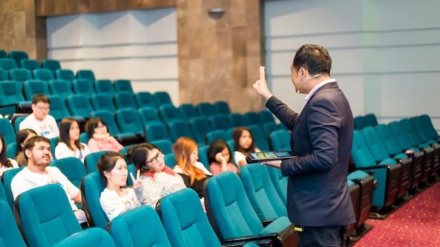 Orateur en classe parle de politique et de finance pour le groupe d'étudiants Photo Premium