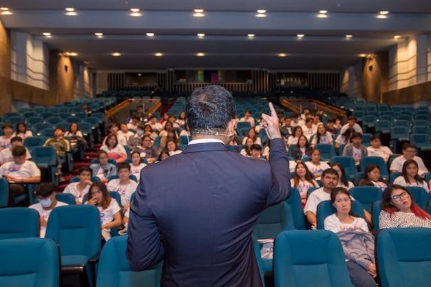 Orateur en classe parle de politique et de finances pour le groupe d'étudiants Photo Premium