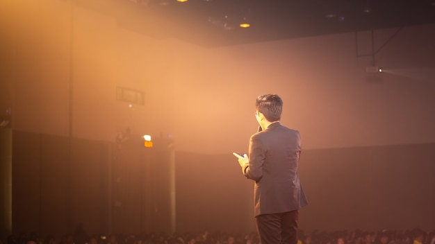Orateur sur scène et discussion sur les affaires dans la salle de séminaire Photo Premium