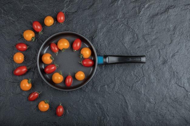 Orcanic Tomates Cerises Colorées Dans La Poêle Sur Fond Noir. Photo De Haute Qualité Photo gratuit