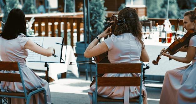 Orchestre à Cordes Sur La Terrasse D'été Photo Premium