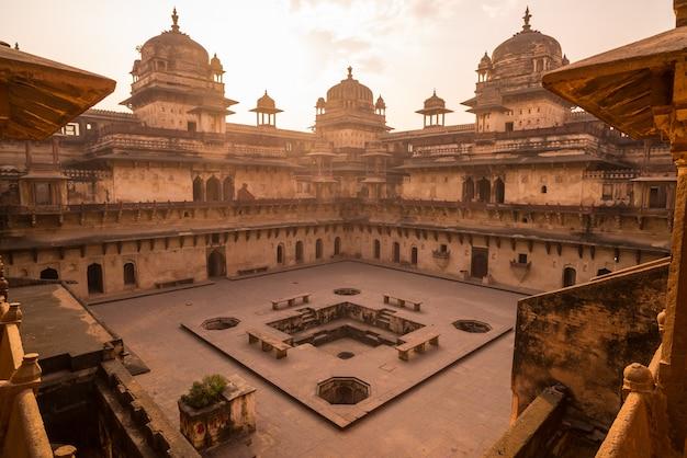 Orchha palace, intérieur avec cour et sculptures en pierre, contre-jour. Photo Premium