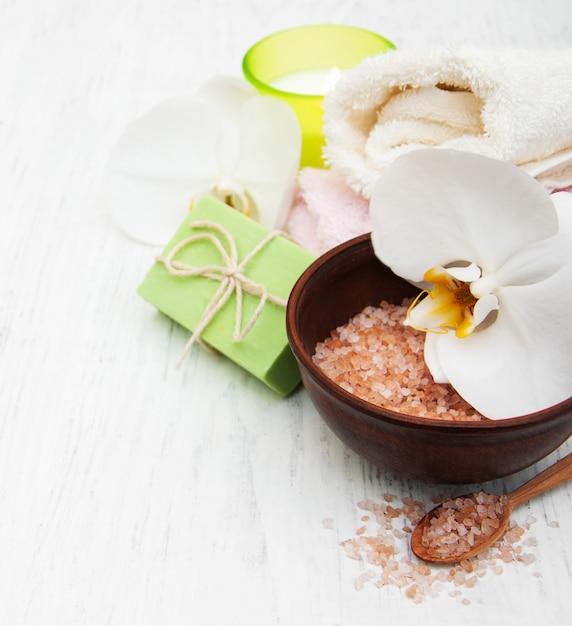 Orchidées, bougies, serviettes et savons faits à la main Photo Premium
