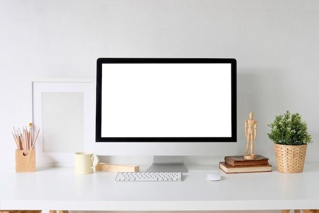 Ordinateur de maquette pc sur table blanche et fournitures de bureau design sur bureau avec espace de travail. Photo Premium