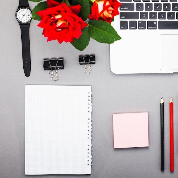 Ordinateur portable avec bloc-notes vide sur la table Photo gratuit