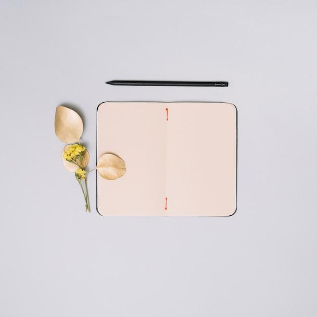 Ordinateur Portable Avec Une Branche De Fleurs Sur Une Table