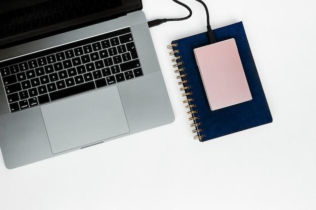 Ordinateur portable avec disque dur et ordinateur portable Photo gratuit