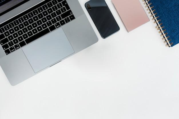 Ordinateur portable avec disque dur et ordinateur portable Photo Premium