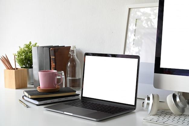 Ordinateur Portable écran Blanc Avec Affiche Vierge Et Fournitures De Bureau. Photo Premium